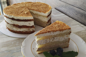 Торт сметанный с грецким орехом и черносливом Торт в наличии от Бон Бриошь